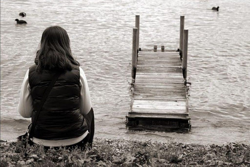 Yalnızlık Mesajları  Yalnızlık Mesajları  Yalnızlık, her insanın yaşamaktan kaçındığı bir olaydır. Yalnız kalan insan kendisini mutsuz, çaresiz, işe yaramaz, köşeye sıkışmış gibi hisseder. İnsanoğlu var olduğu ilk tarihten itibaren yanında derdini anlatabileceği, mutluluğunu paylaşabileceği dostlarının varlığı hissetmek ister. Sosyal bir varlık olarak nitelendirilen insan, bir müddet yalnız kalsa bile, bu sürecin sonunda iletişim kurabileceği dostlarını ya da ailesini yanında görmekten mutluluk duyar.  İnsanlığın ilk tarihinden itibaren yalnız kalmaya alışık olmayan insan, yapısı nedeni ile yalnızlığı bir melankoli havasına girişin ilk adımı olarak görmektedir. Bu nedenle yalnız kalmak ya da yalnızlığa alışmak insanlar için daima kötü ve karanlık bir durum şeklinde ifade edilir. Çok nadir de olsa insanlar günümüzde yalnız kalmayı evrensel bir durum olarak karşılamakta ve bu durum hoşlarına gitmektedir. Ancak genel olarak yalnızlık, yaşanması istenilen bir durum değildir.  İnsanlar yalnız kaldıklarında duygu durumlarını ifade edecek yalnızlık mesajları ortaya çıkmaktadır. Güzel mesajlar olarak nitelendirilemeyen bu mesajlar, insanlara acı veren olayları dile getirmenin bir diğer ifadesidir. Yalnızlık üzerine yazılan mesajlar kişinin yalnızlığını dile getirmeye ya da diğer insanlarla paylaşılmasına olanak tanımaktadır.   Yalnızlık Mesajları  Tercihini yaptı yalnızlık, bende kalıyor. Sende özleyeceksin ama ne zaman bilmiyorum. İnsanları tanıdıkça yalnızlık güzelleşiyor. Eski mesajları okudum, güya ölüm bizi ayıracaktı. Yalnız olmak, sevgilinin olmaması değildir. Ne güzel de gelmiyorsun. Yalnızlıktan ciğerim soldu. Yalnızlık alır götürür, vay beni, yazık bana. Yalnızlık paylaşılmaz, paylaşılınca adı yalnızlık olmaz. Kalbin en dokunaklı halidir… Yârini özlemesi. Yabancı bir şarkı gibiyim dinleyenim çok, anlayanım az. Yalnızlık diş ağrısına benzer sancısı gece başlar. Biriyle mutsuz olmaktansa yalnız mutsuz olurum daha iyi. Yenildim! Aç kapını yalnızlığım, ben geri geldim