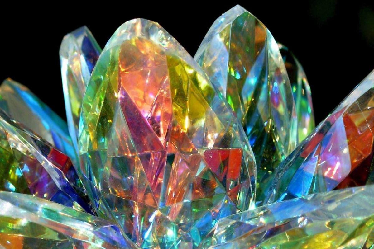 Hangi kristal yere düşünce parçalanmaz?